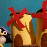 Marioneta de pingüino y molinos de viento