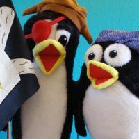 Títeres de pingüinos con bandera pirata