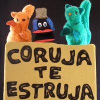 Tres marionetas con un cartel