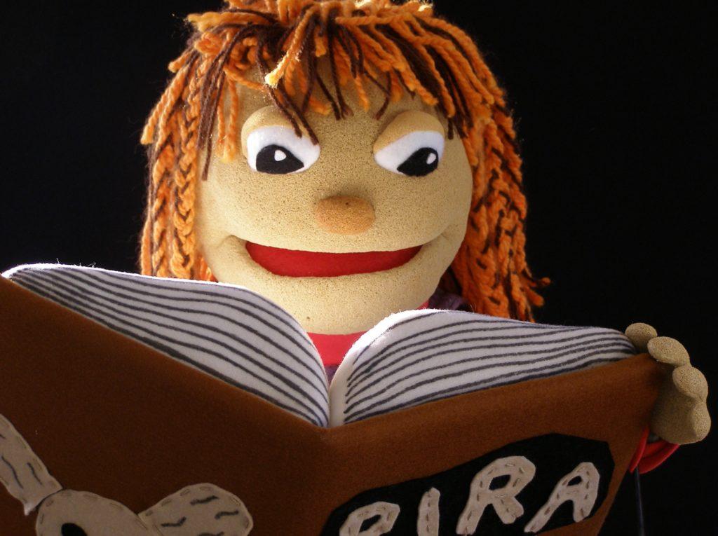 Marioneta de Carol con libro