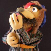 Marioneta de pirata pensativo